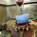 করোনাভাইরাসের ভয়ে বারাণসীর মন্দিরে বিশ্বনাথের বিগ্রহের মুখে মাস্ক লাগিয়ে দিলেন পুরোহিত