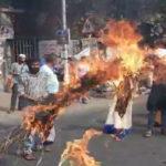 যাদবপুর ইউনিভার্সিটির সামনে এসএফআই-এর রাস্তা অবরোধ