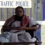 মঞ্চ ছাড়াই গান্ধি মূর্তির সামনে ধর্নায় বসলেন মমতা বন্দ্যোপাধ্যায়